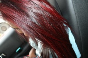 Inspiration coloration cheveux rouge framboise