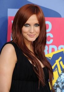 Modèle couleur cheveux auburn