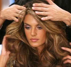 Mode pour femme : couleur cheveux caramel miel
