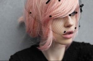 Modèle couleur cheveux rose pastel