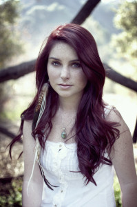 Modèle couleur cheveux violet foncé