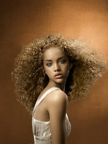 Jolie coloration cheveux défrisés