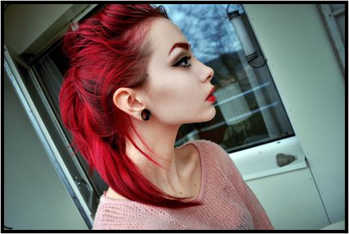 Coloration rouge cerise sur cheveux chatain