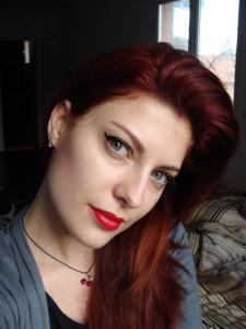 Belle coloration cheveux rouge cerise pour femme