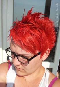 Belle coloration cheveux rouge vif pour femme