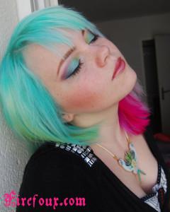 Mode pour femme : coloration cheveux vert alpin