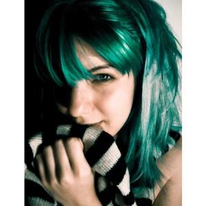 Belle coloration cheveux vert emeraude pour femme