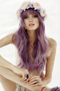 Mode pour femme : coloration cheveux violet pastel