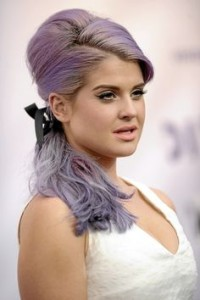Jolie coloration cheveux violet pastel