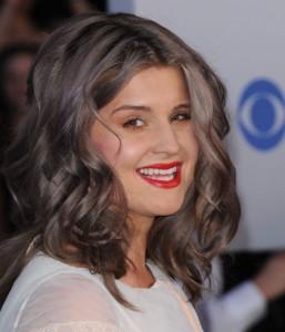 Mode pour femme : couleur cheveux gris