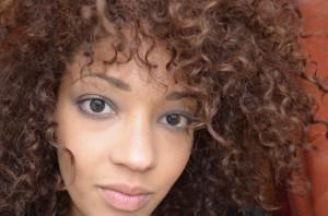 Jolie coloration cheveux frisés