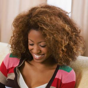 Belle couleur cheveux frisés pour femme