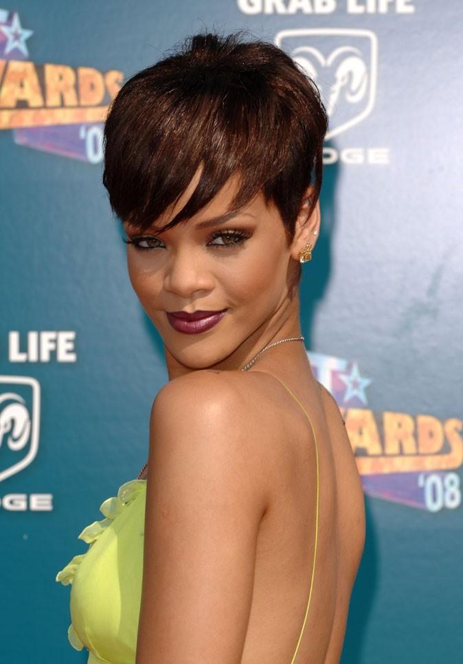 Mode pour femme couleur cheveux rihanna for Coupe de cheveux de rihanna court