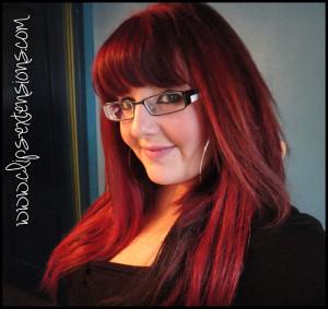 Mode pour femme : couleur cheveux rouge rubis