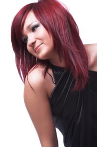 Modèle couleur cheveux rouge cerise