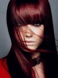 Modèle couleur cheveux rouge foncé